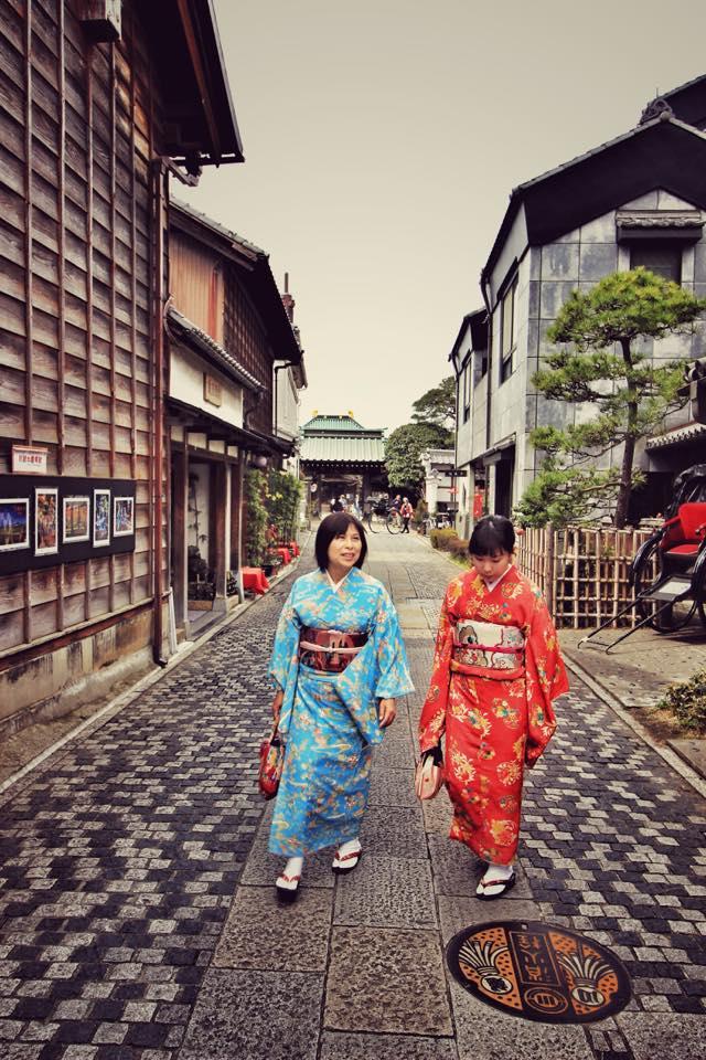 Turiste imbracate in costume traditionale japoneze (se gaseau de inchiriat peste tot)