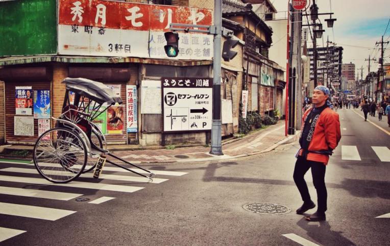 Ninja man, asteptand sa isi plimbe clientii cu trasura
