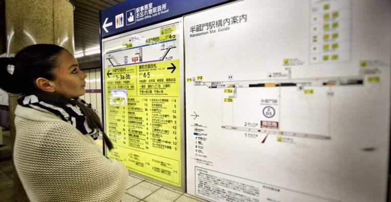 Fiecare statie de metrou are o harta, pentru ca sunt mult prea multe iesiri, fiecare aflandu-se la distante mari una de alta. Asa ca nu e tocmai grozav sa iesi la iesirea gresita, poti merge si zece minute pe jos pana la urmatoarea iesire. :)