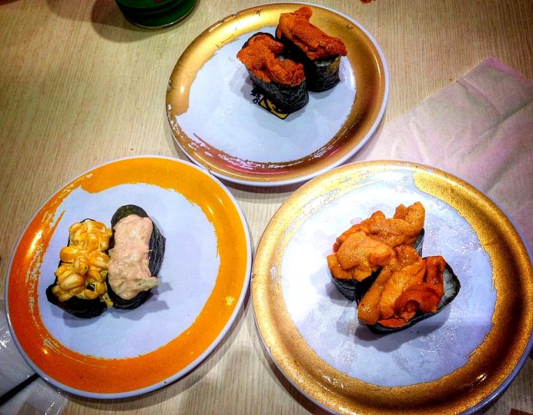 La stanga sushi pentru incepatori (maioneza cu ton si maioneza cu porumb), la dreapta sushi pentru olimpici - arici de mare. Ei bine, nu am reusit sa il mancam, desi este considerat o delicatesa si de regula este foarte, foarte scump