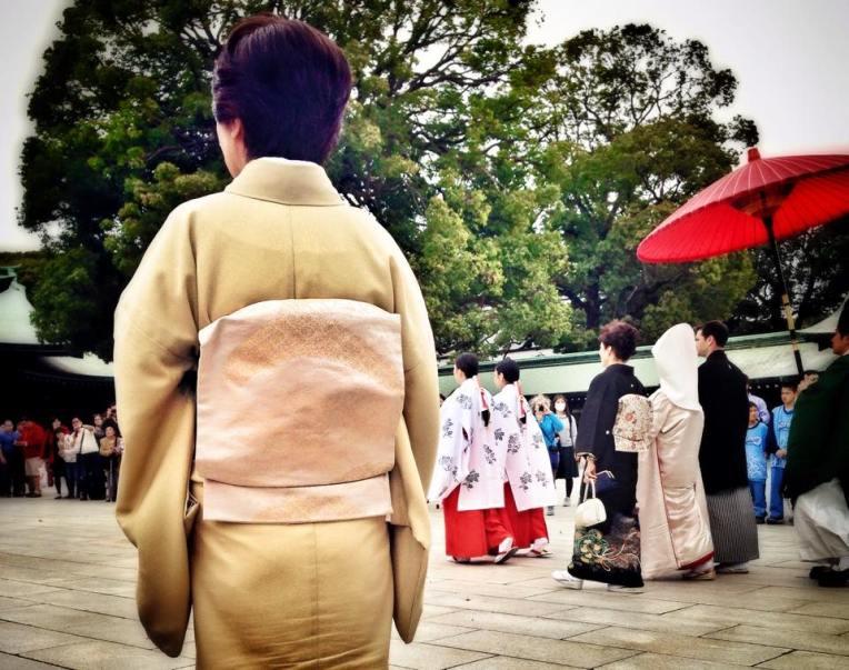 Doamna din imagine a avut grija ca drumul nuntasilor pana la altar sa fie liber, ne-a indrumat pe fiecare dintre noi sa stam deoparte si sa ii lasam sa treaca :)