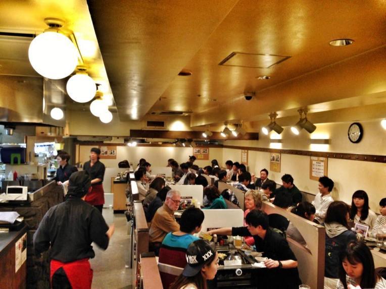 Restaurantul de okonomyiaki, fiecare masa avea plita ei, unde clientii isi gateau singuri mancarea