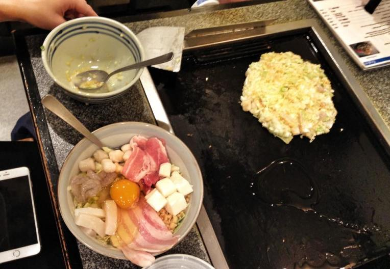 Pasul 4: Lasi cateva minute okonomiyaki-ul pe plita, pe fiecare parte