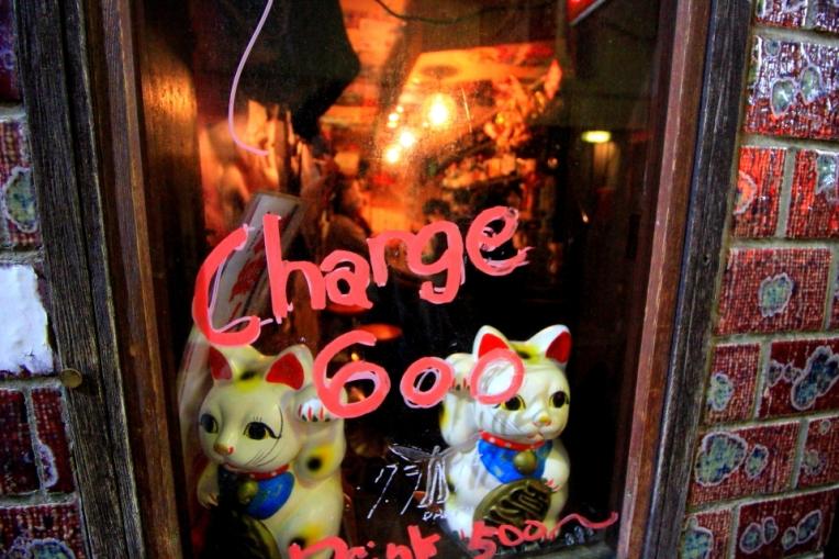 Pentru turisti se cere taxa de intrare in bar :)