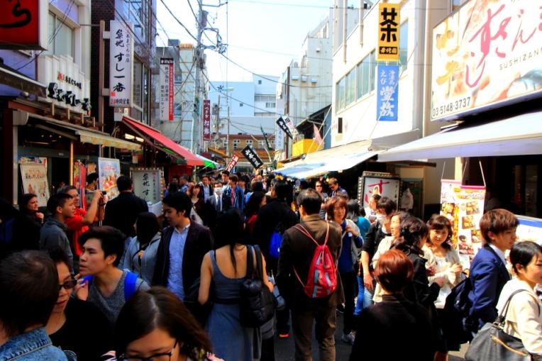 Strazile din zona de street food sunt arhi pline inca de la prima ora a diminetii