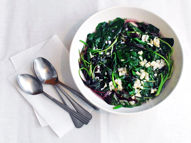 Sursa: http://www.seriouseats.com/2014/05/chinese-greens-101-spinach-red-shen-choy-broth-garlic.html