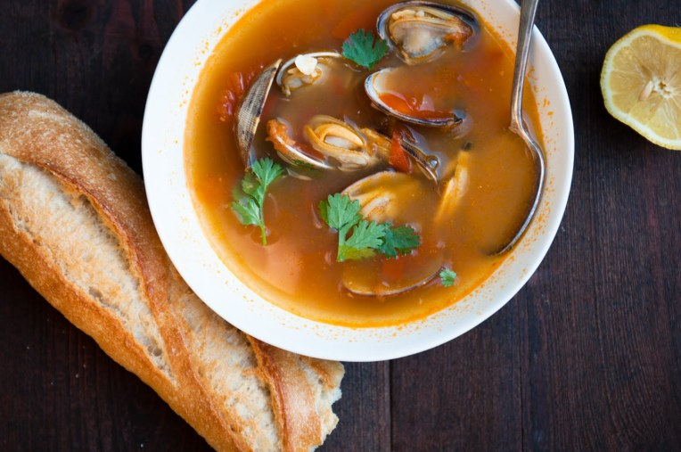 Sursa: http://www.dessertsforbreakfast.com/2011/06/spicy-tomato-clam-soup.html