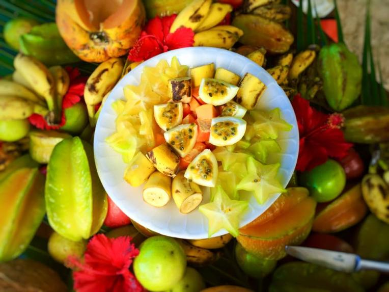 Platou cu fructe (maracuya, banane, star fruit, papaya)