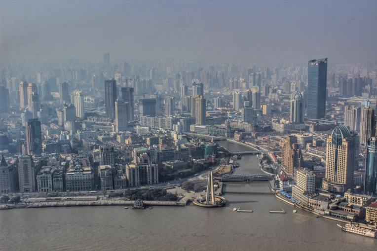Shanghai-ul prin smog, vazut din Turnul Televiziunii