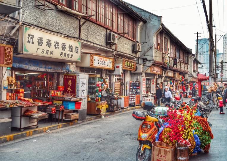 Zona comerciala din apropiere de City God Temple