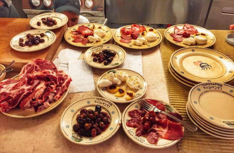Platou traditional (15 euro) pentru doua persoane, cu diverse mancaruri tipice zonei Apulia. Si nu erau toate farfuriile aduse inca!