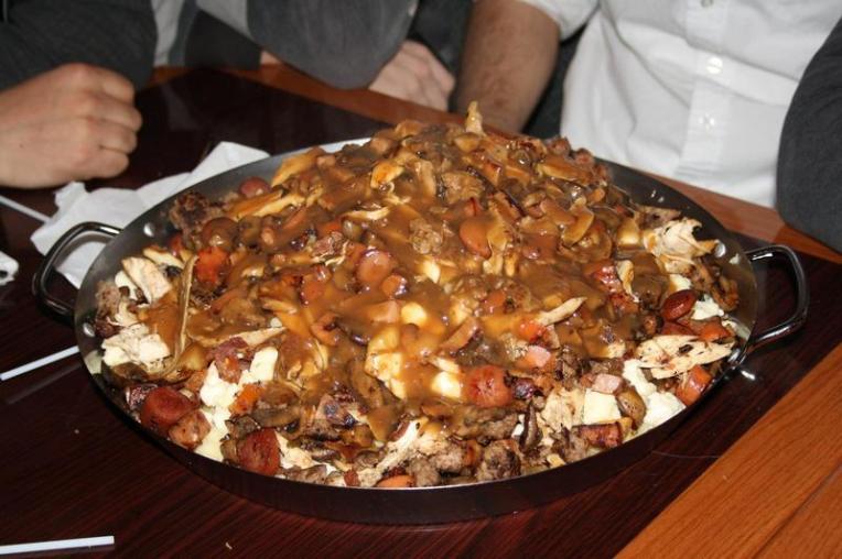 Atacul de inima :)) De 7kg! Sursa: http://www.poutineville.com/en/menu.html